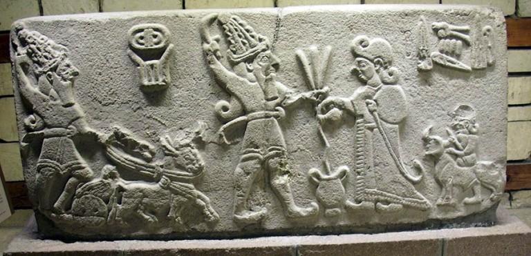 (M.Ö. 1. yüzyıl'da Geç Hitit Dönemi Malatya kent kapısı, kral tanrının huzurunda içki sunuyor. E. Akurgal, Anadolu Uygarlıkları, İzmir, 1993)