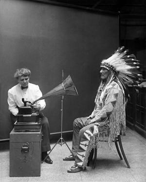 Frances Denmore, Blackfoot (Karaayaklar) kabilesi şefinin kaydını alırken, 1916.