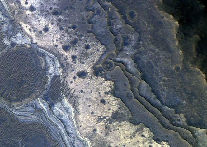 Mars uydularından birinin çektiği bu fotoğrafta Valles Marineris adı verilen büyük bir kanyon sistemindeki kaya katmanları ve opalin silika yapıları görülüyor. Spirit, bu minerali Gusev krateri içinde, zeminde de buldu. (NASA/JPL-Caltech/Univ. of Arizona)